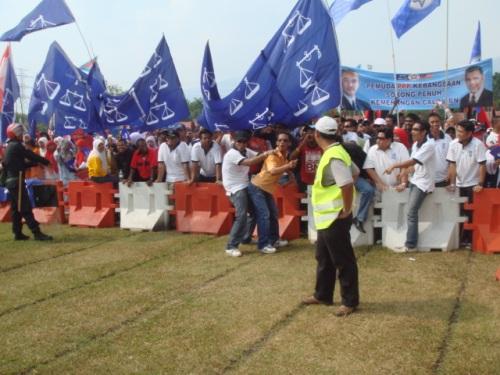 perlakuan lucah oleh penyokong parti BN, yang boleh menimbulkan provokasi.