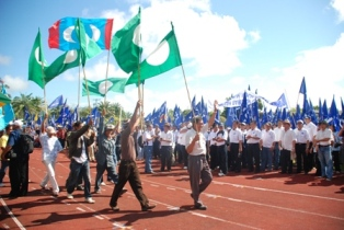 Pakatan party members marching into BN's territory.