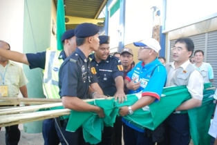 Police and PKR members had a tug-of-war over the PAS party flags.