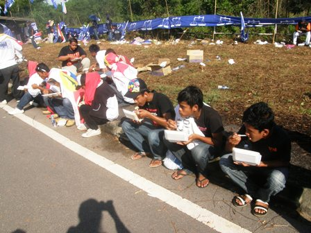 Underaged supporters eating on the road side, under hot sun, while candidates and party big wigs enjoy in hotels?