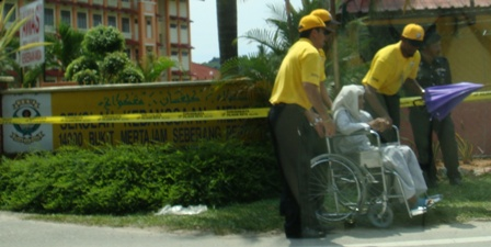 How many SPR officers are needed to service a wheelchair-bound voter?